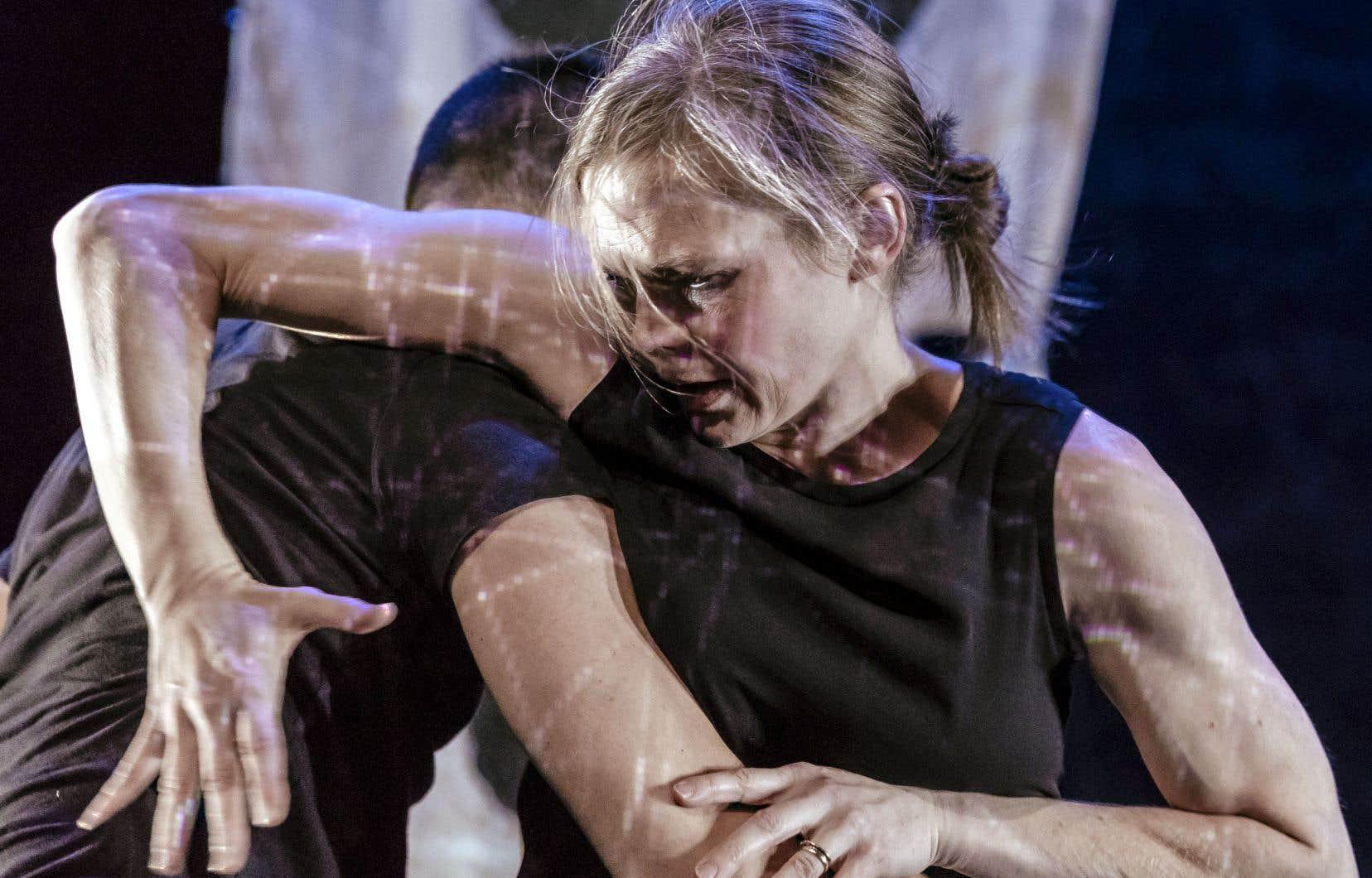 Se rattachant à l'obscurité, les thèmes du deuil, de la cruauté et du chaos traversent la pièce «Who We Are in the Dark».