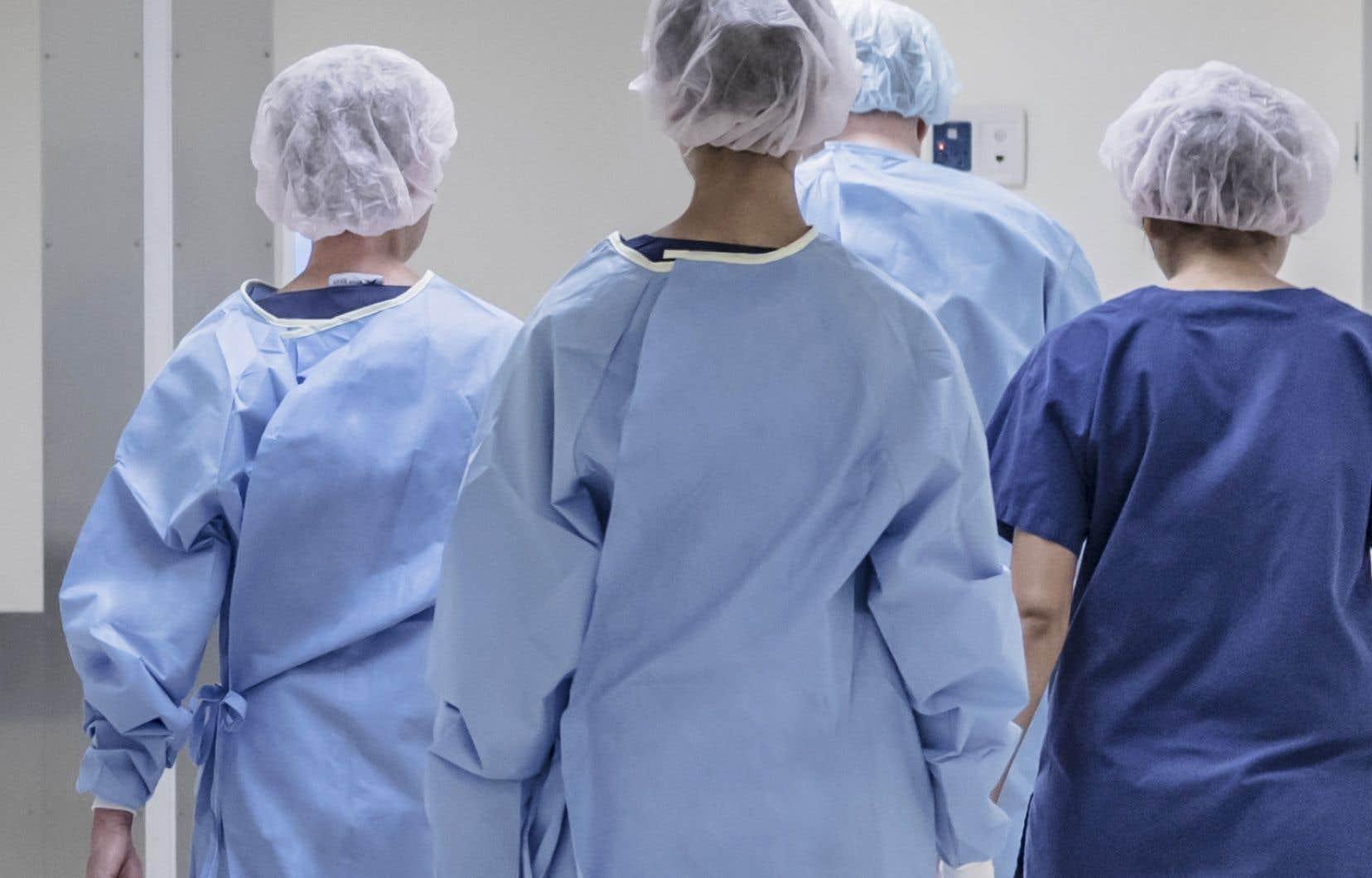 Les infirmières praticiennes spécialisées (IPS) ont une maîtrise en sciences infirmières et en sciences médicales leur permettant de faire certaines interventions (suivi de grossesse, traitement de maladies chroniques, soins palliatifs).