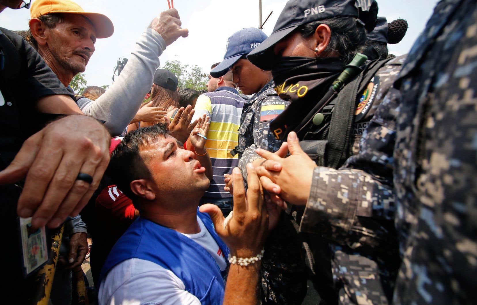 Les forces de l'ordre ont ouvert le feu aux frontières du Venezuela sur des partisans de l'opposant Juan Guaido.