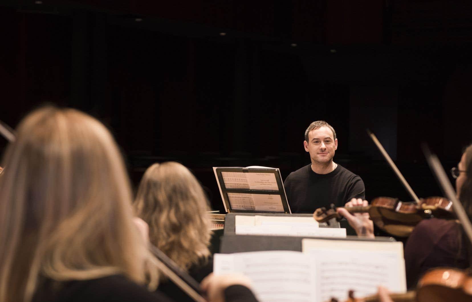 Jonathan Cohen en répétition avec Les Violons du Roy