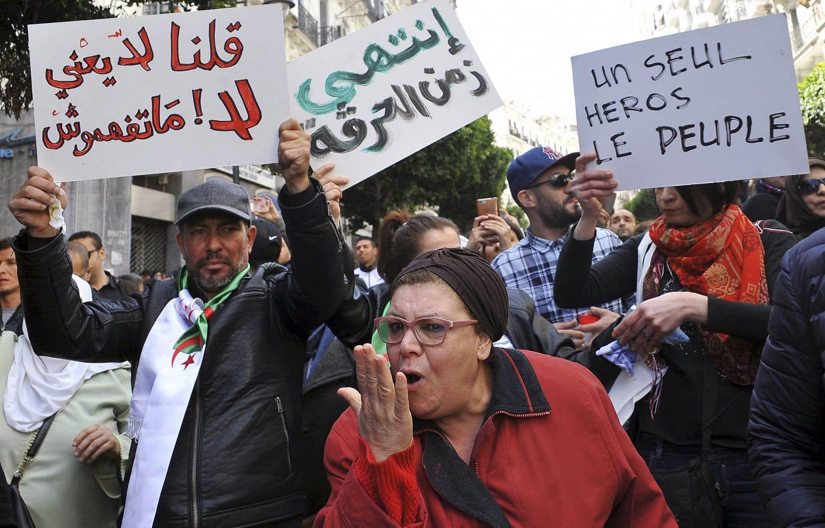 Des centaines de personnes ont manifesté dimanche à Alger.