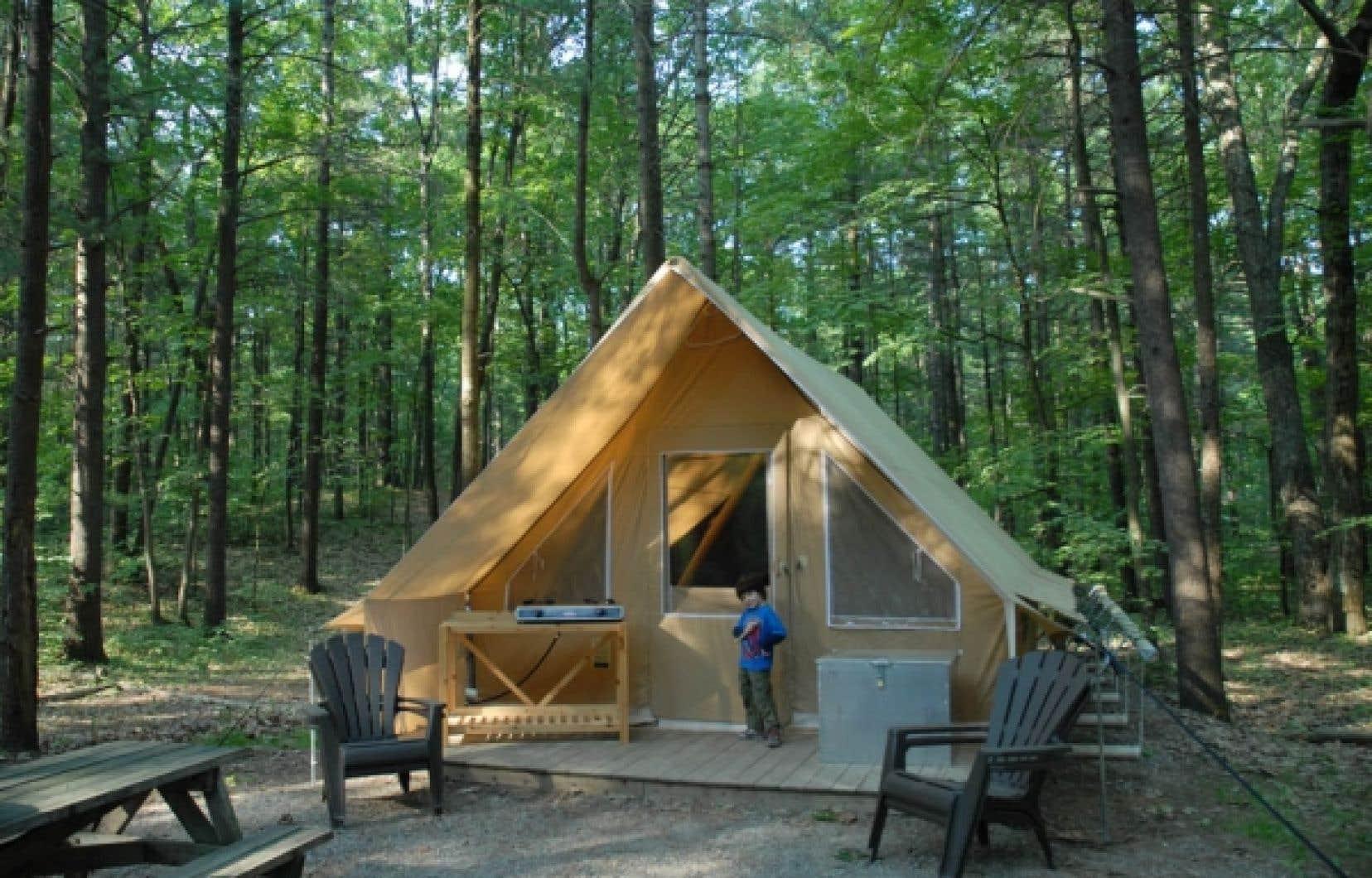 La tente Huttopia, dont la SEPAQ compte 180 unités réparties dans 14 parcs du Québec.<br />