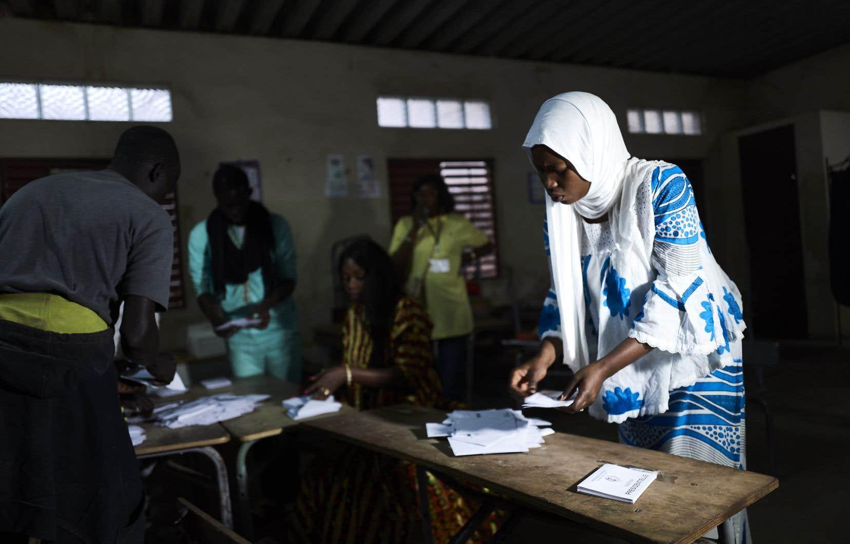 Selon les premiers résultats parcellaires égrenés par les médias locaux dans la soirée,Macky Sall, 56ans, est largement en tête dans de nombreux bureaux de vote.