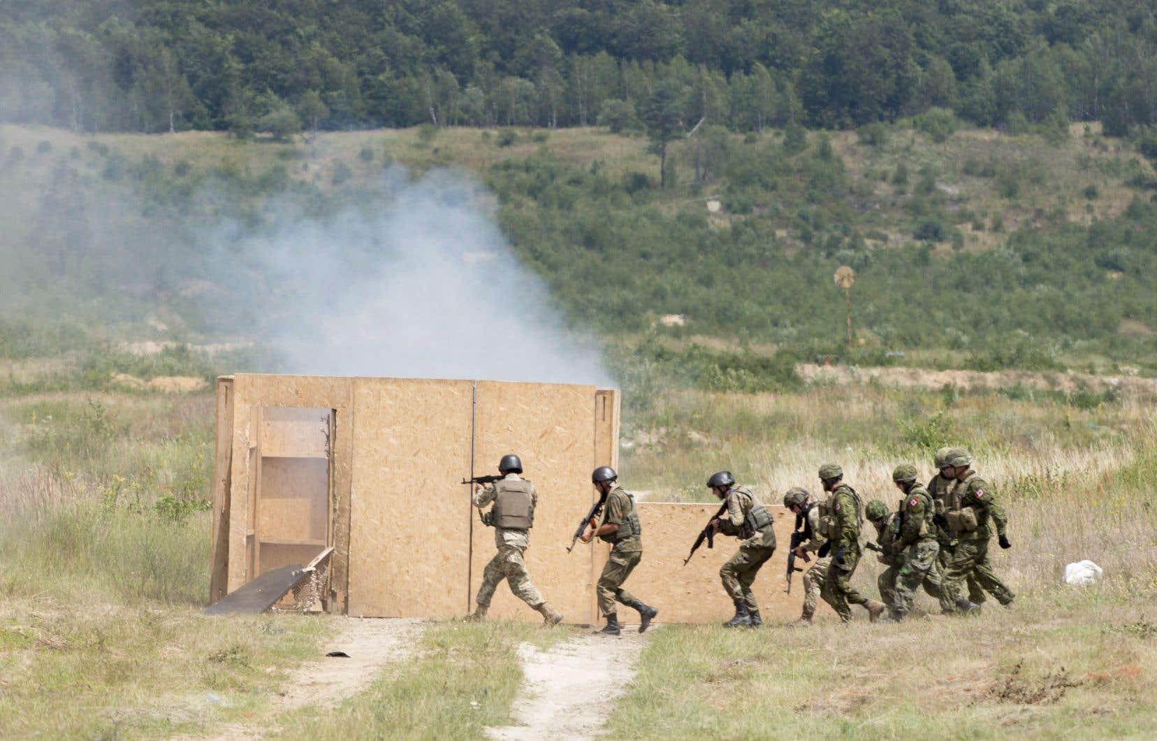 Environ 200 soldats canadiens entraînent les membres de l'armée ukrainienne.