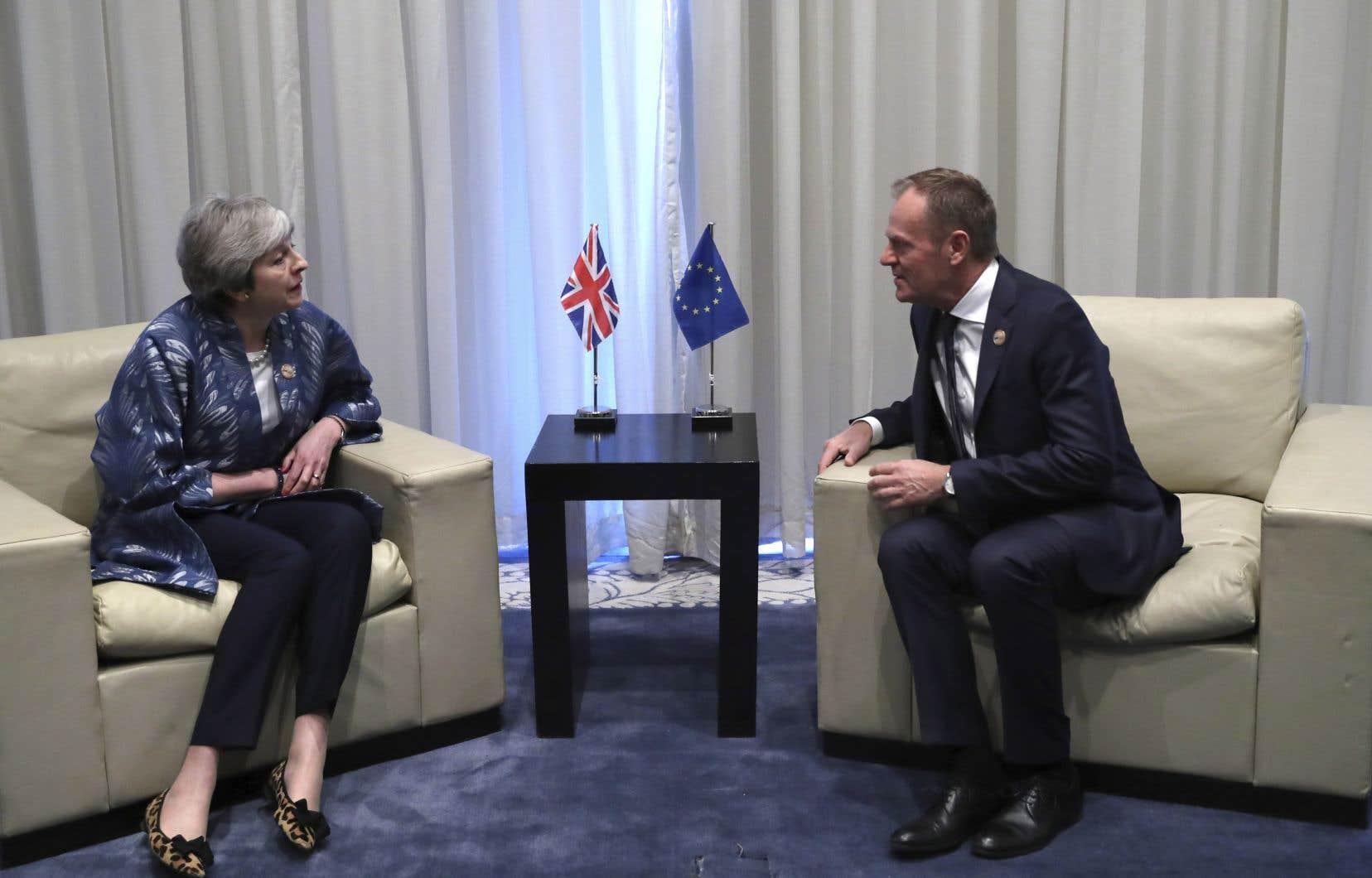 Theresa May et Donald Tusk se sont rencontrés ce dimanche en marge du sommet UE-Ligue arabe à Charm el-Cheikh, en Égypte.