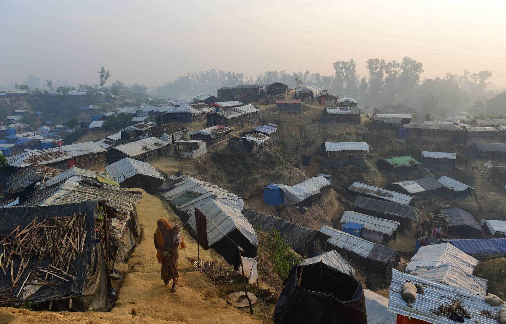Depuis l'été 2017, environ 740 000 musulmans Rohingyas ayant fui une répression militaire myanmaraise vivent dans des camps au Bangladesh.