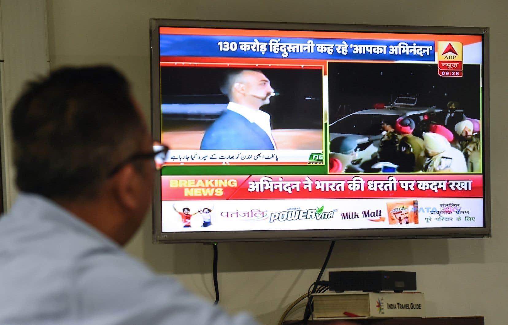 Le lieutenant-colonel Abhinandan Varthaman est de retour en sol indien, selon des images retransmises en direct à la télévision.