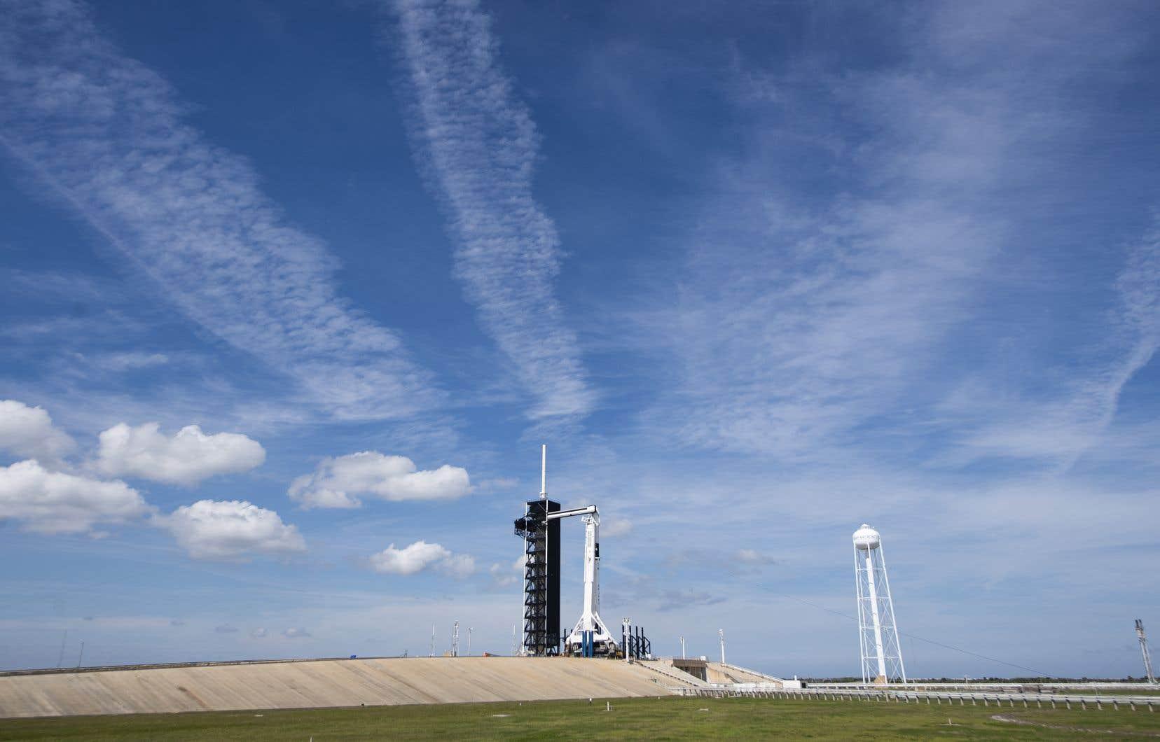 La fusée transportant la capsule <em>Crew Dragon</em> a été placée jeudi sur le pas de tir mythique d'où sont parties toutes les missions Apollo pour la Lune.