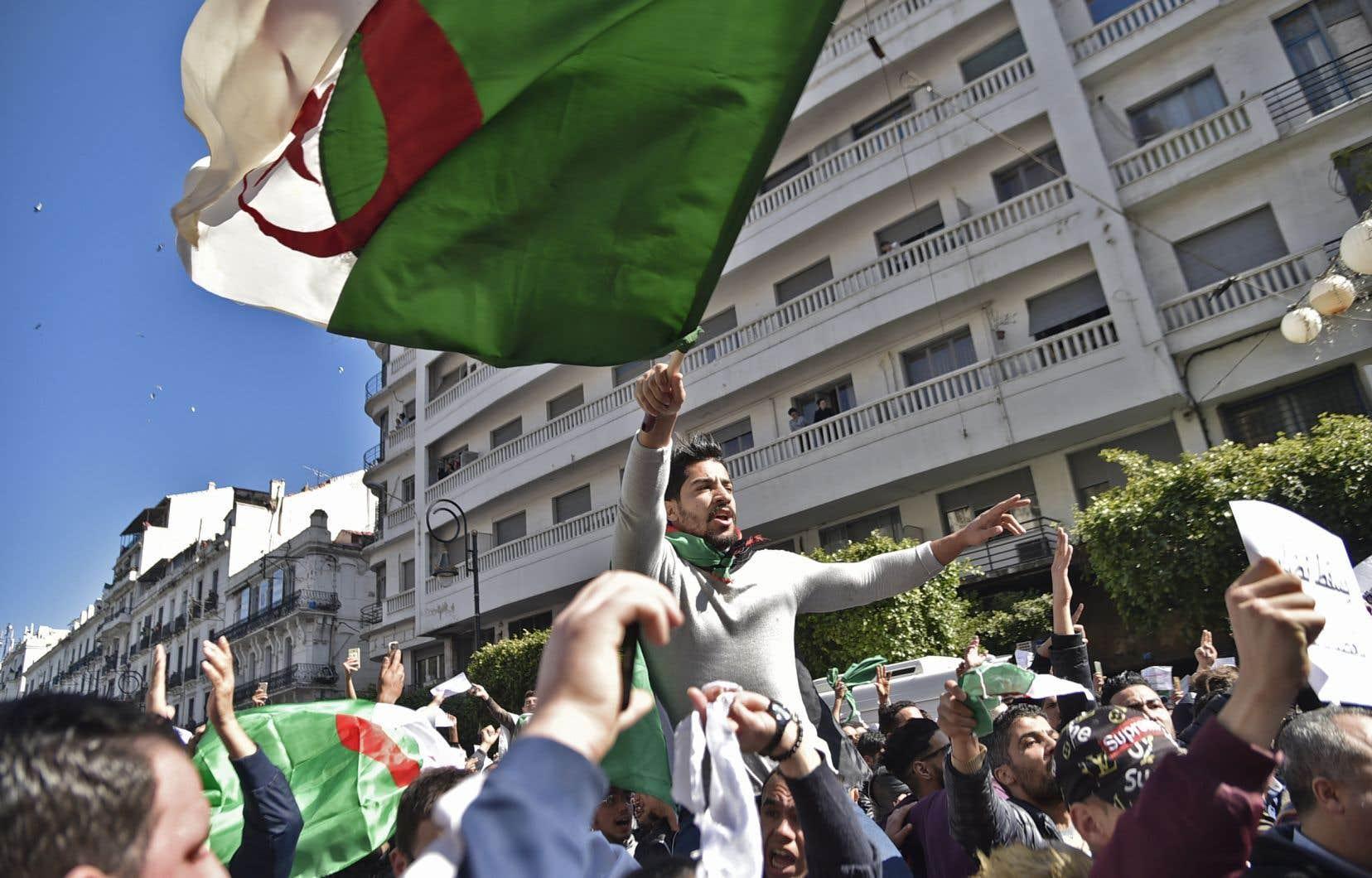 Des manifestations massives réclament qu'Abdelaziz Bouteflika renonce à briguer un 5emandat le 18avril.