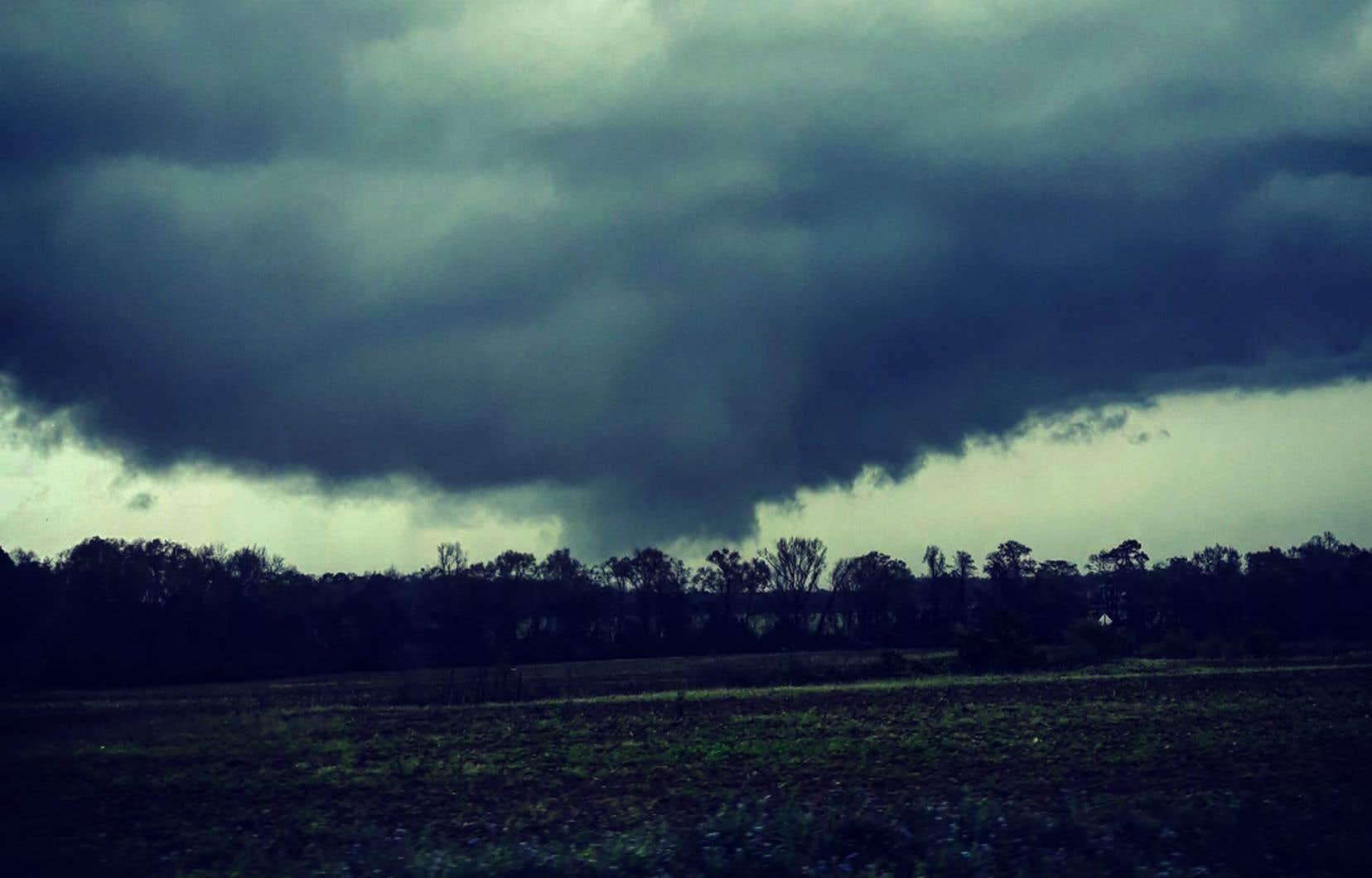 Selon le shérif du comté de Lee,la tornade a parcouru plusieurs kilomètres et provoqué des destructions «catastrophiques» sur un rayon de 400 mètres tout le long de sa trajectoire.