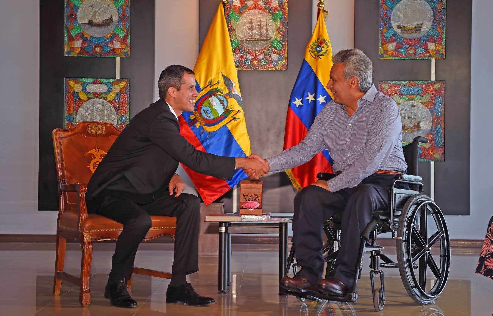 Le président vénézuélien autoproclamé, Juan Guaidó (à gauche), serrant la main du président équatorien, Lenín Moreno, à Salinas, dimanche, dernière étape d'une visite régionale en Amérique du Sud.