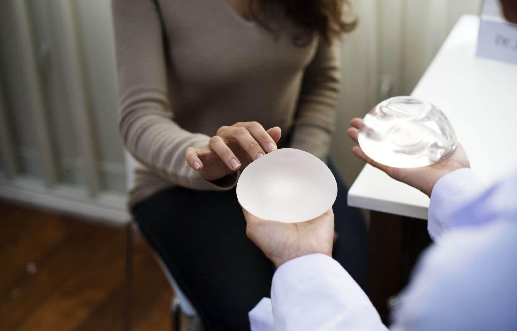 En France, l'Agence de sécurité du médicament et des produits de santé (ANSM) a recommandé en novembre aux chirurgiens de ne plus utiliser les implants mammaires texturés.