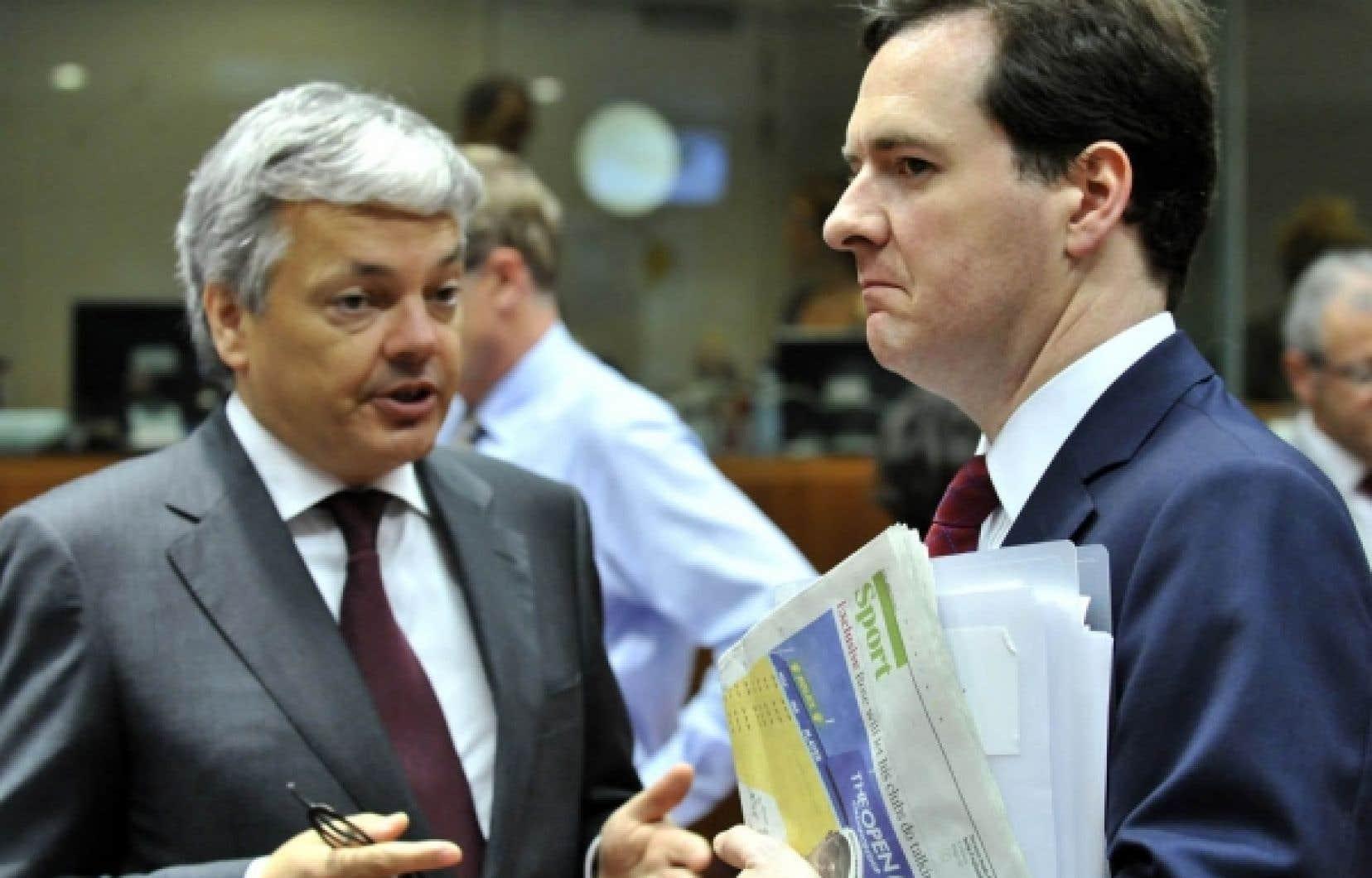 Le ministre des Finances belge, Midier Reynders, discute avec le chancelier de l'Échiquier, George Osborne, au cours de la réunion des ministres des Finances de l'Union européenne, hier, qui leur a permis de progresser vers un accord sur la supervision financière.<br />
