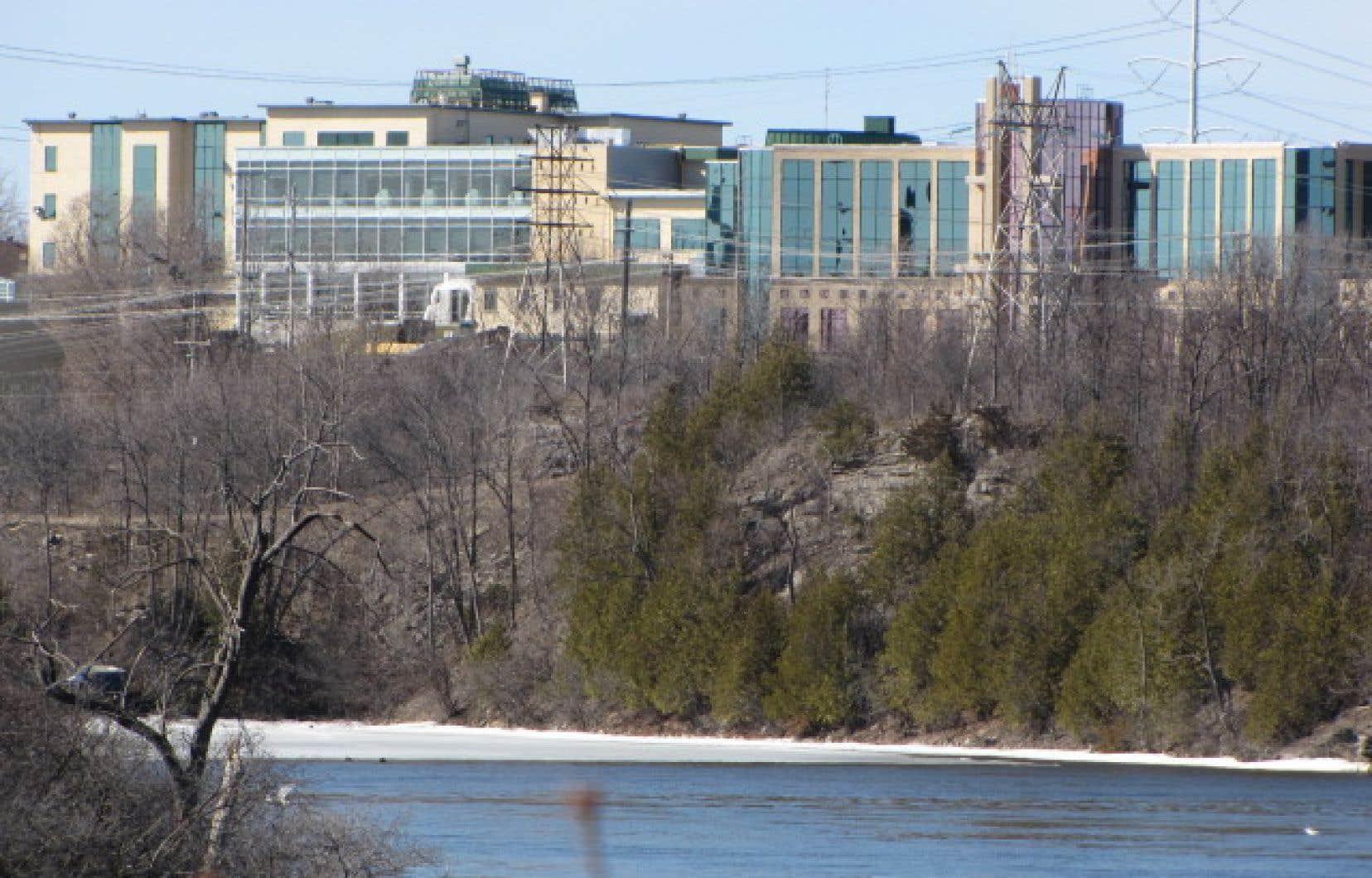 «Quelles seront les conséquences pour l'Université du Québec en Outaouais (UQO) autant pour son campus de Gatineau que pour celui de Saint-Jérôme?» s'interroge Nicolas Harvey.