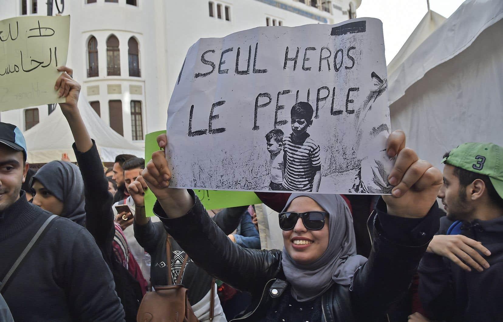 En Algérie, l'attitude apaisée de la police face aux manifestants tranche avec les répressions exercées ailleurs dans la région lors des soulèvements populaires.