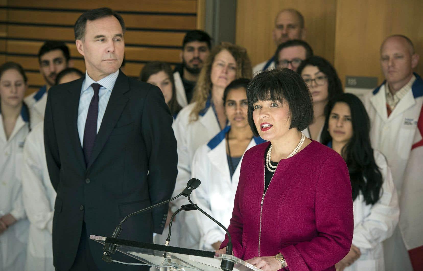 Le ministre des Finances Bill Morneau et la ministre de la Santé Ginette Petitpas Taylor, à l'occasion de la publication du rapport provisoire sur l'assurance médicaments