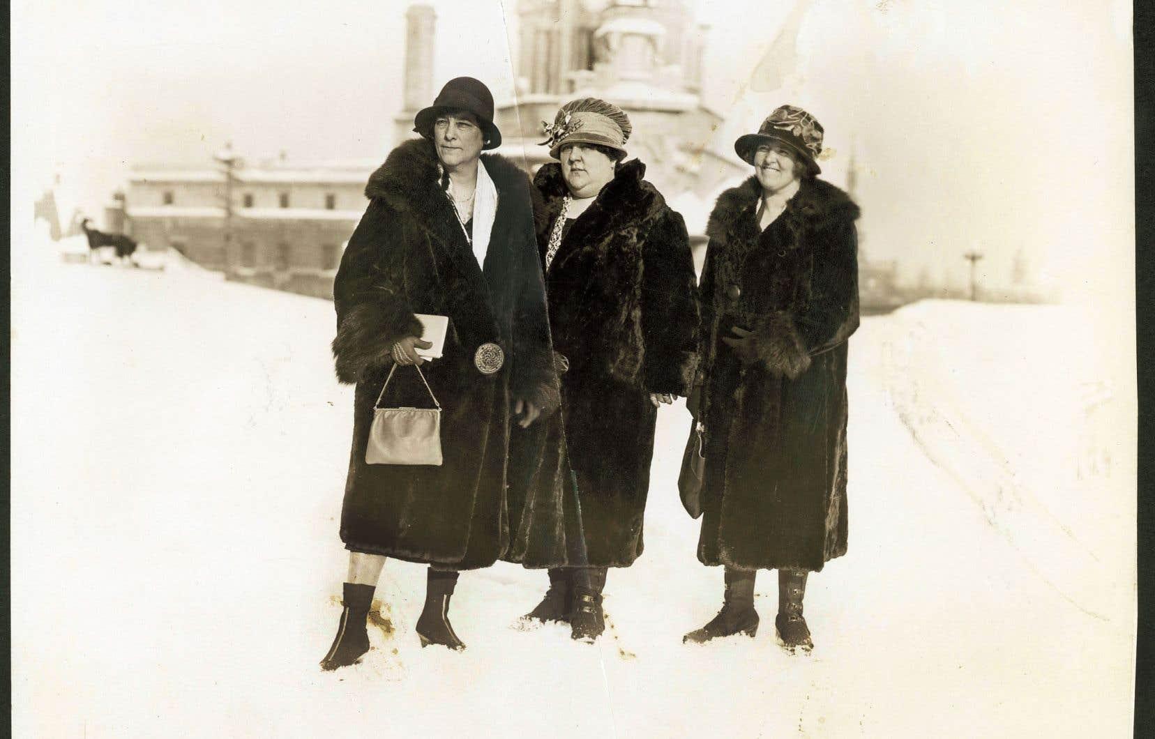 Les suffragettes québécoises vont se rendre à 15 reprises au parlement à Québec, entre 1922 et 1940, afin de militer pour l'obtention du droit de vote des femmes. Ici à l'une de ces occasions, par un hiver des années 1920, on voit Idola Saint-Jean, Antoinette Mercure et Nora Sampson de l'Alliance canadienne pour le vote des femmes du Québec.