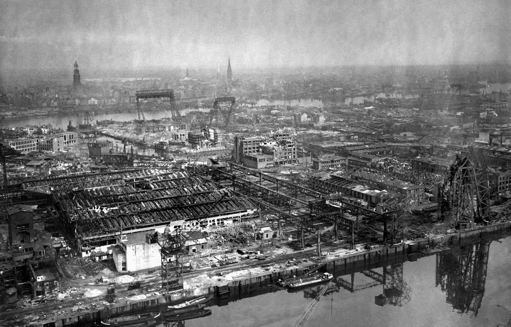 En 1948, Hambourg n'est qu'un tas de ruines; le port est dévasté et les bombardements alliés n'ont laissé que quelques vieux bâtiments tenant le coup.