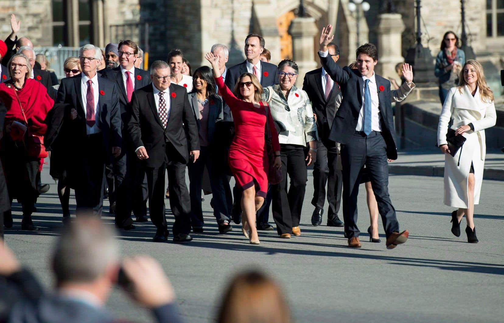 Le premier ministre Justin Trudeau et ses ministres lors de leur arrivée au Parlement le 4novembre 2015