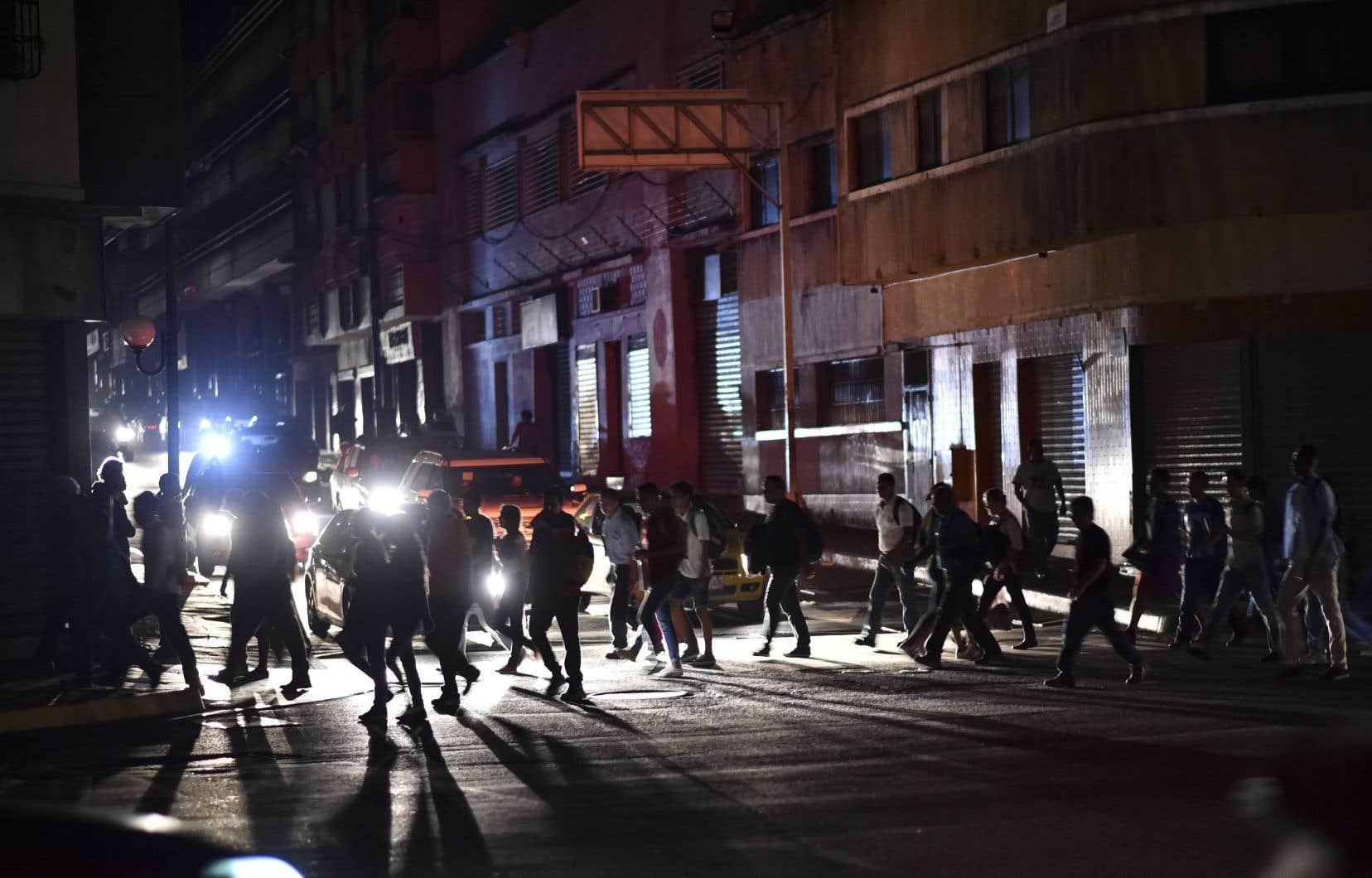 Considérée comme l'une des plus dangereuses au monde, la ville de Caracas était totalement plongée dans l'obscurité jeudi soir.