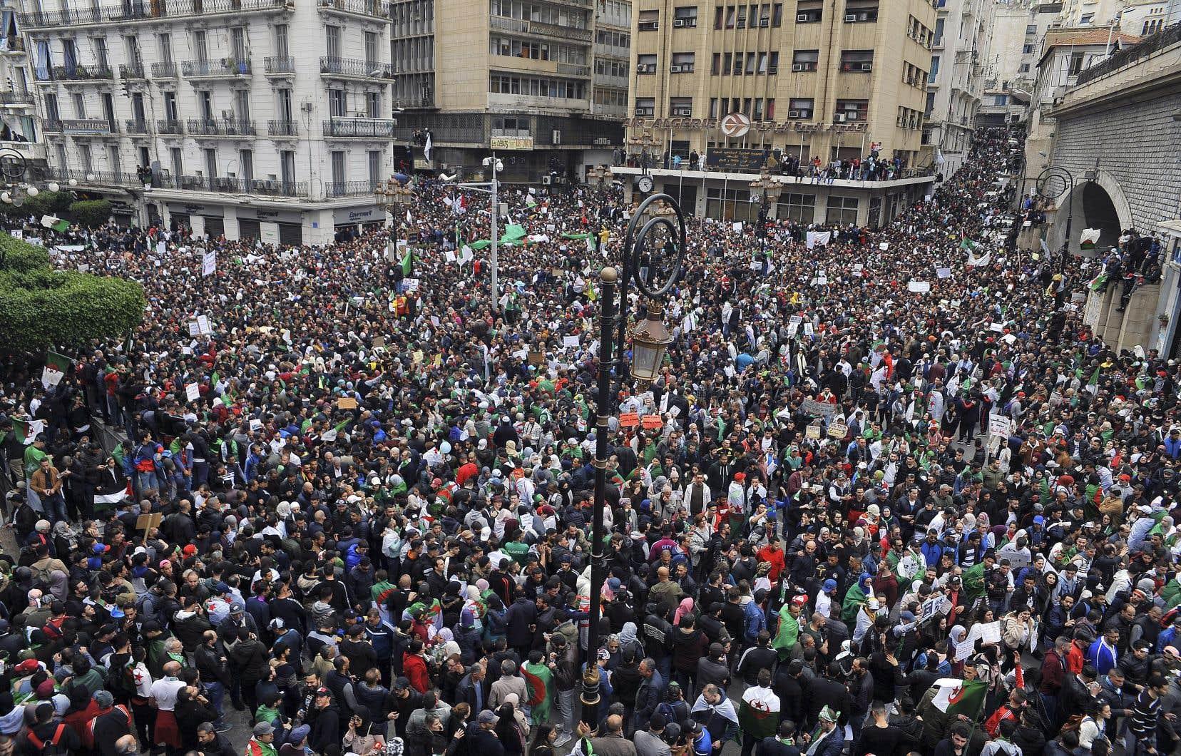 La mobilisation est largement supérieure à celle des manifestations des deux derniers vendredis à Alger, pourtant déjà impressionnantes.