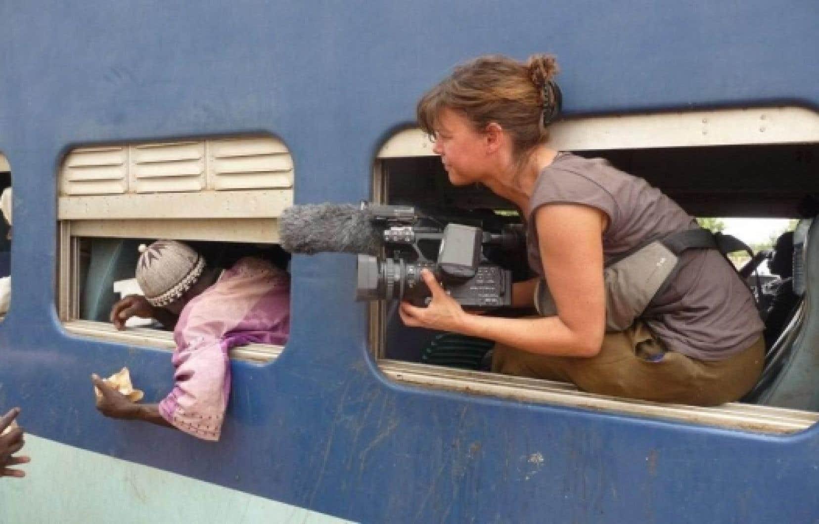 La co-aventurière Catherine Hébert, documentant le pèlerinage du griot blanc. <br />