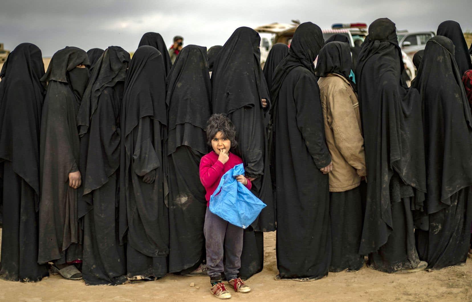 Femmes et enfants étaient évacués cette semaine à proximité de la dernière poche syrienne du groupe EI.