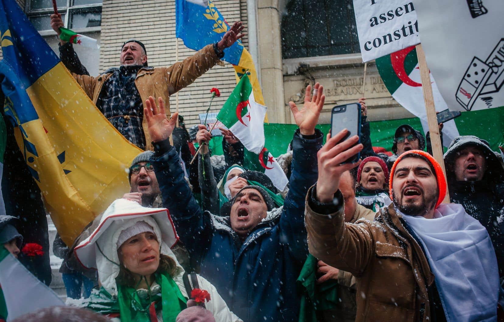 Nouveau dimanche de manifestation devant le consulat algérien à Montréal, où membres de la diaspora et Québécois d'origine algérienne se sont mobilisés contre la candidature du président Abdelaziz Bouteflika à un cinquième mandat.