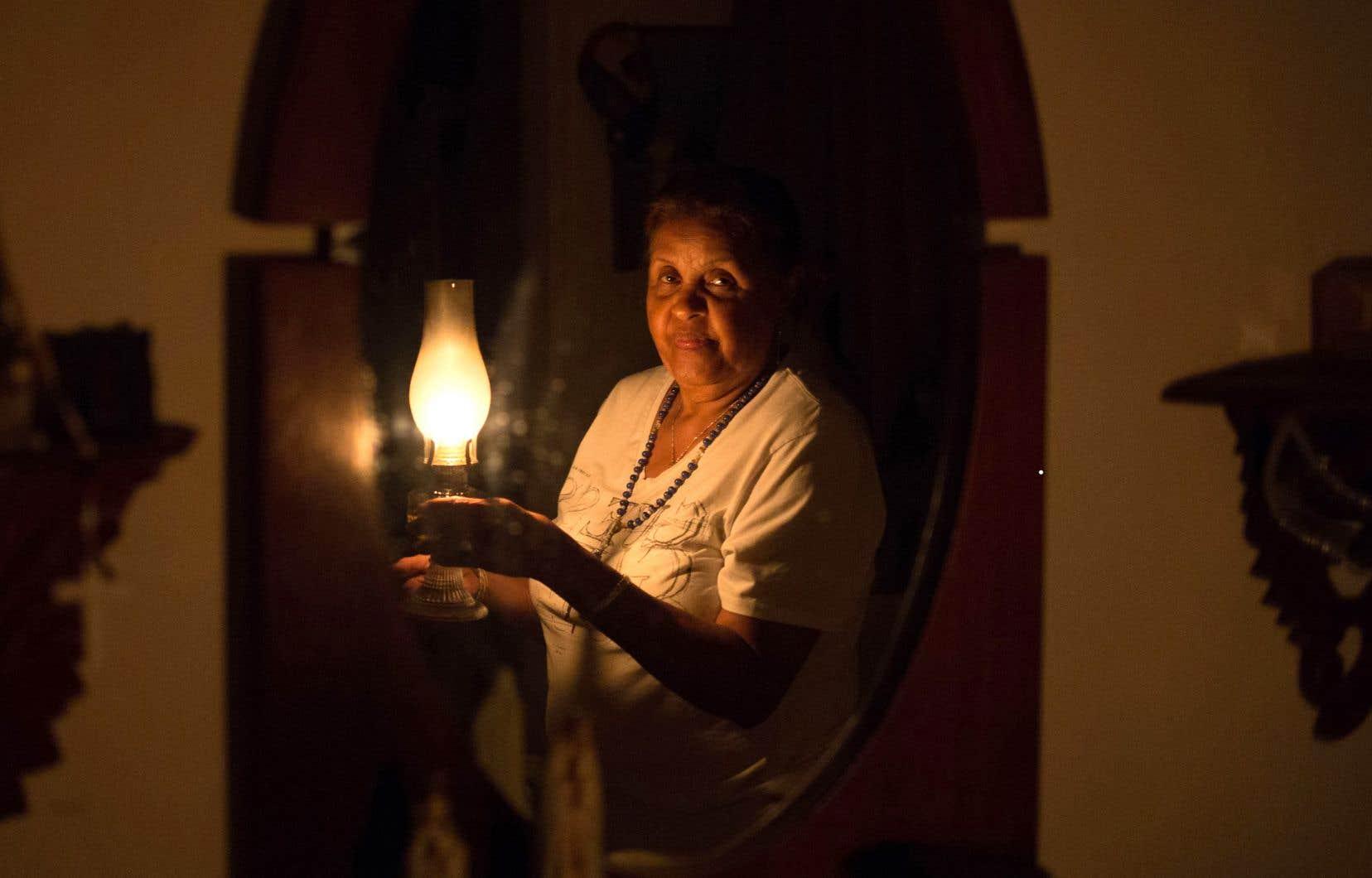 Depuis le début de la panne, cette habitante de Caracas, Elvia Helena Lozano, éclaire sa maison à l'aide d'une lampe au kérosène.