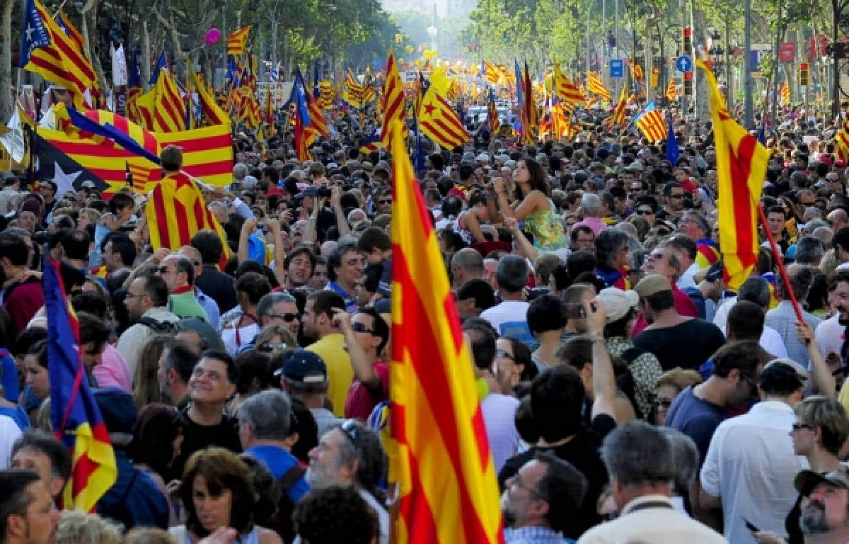La sentence du 28 juin 2010 du Tribunal constitutionnel espagnol n&rsquo;a pas &eacute;t&eacute; bien accueillie en Catalogne, comme en fait foi la manifestation du 10 juillet 2010 qui a rassembl&eacute; &agrave; Barcelone plus d&rsquo;un million de Catalans. Le Tribunal d&eacute;clare entre autres que les r&eacute;f&eacute;rences &agrave; la &laquo;Catalogne comme nation&raquo; et &agrave; &laquo;la r&eacute;alit&eacute; nationale de la Catalogne&raquo; contenues dans le pr&eacute;ambule du Statut d&rsquo;autonomie n&rsquo;ont aucun effet juridique interpr&eacute;tatif.<br />