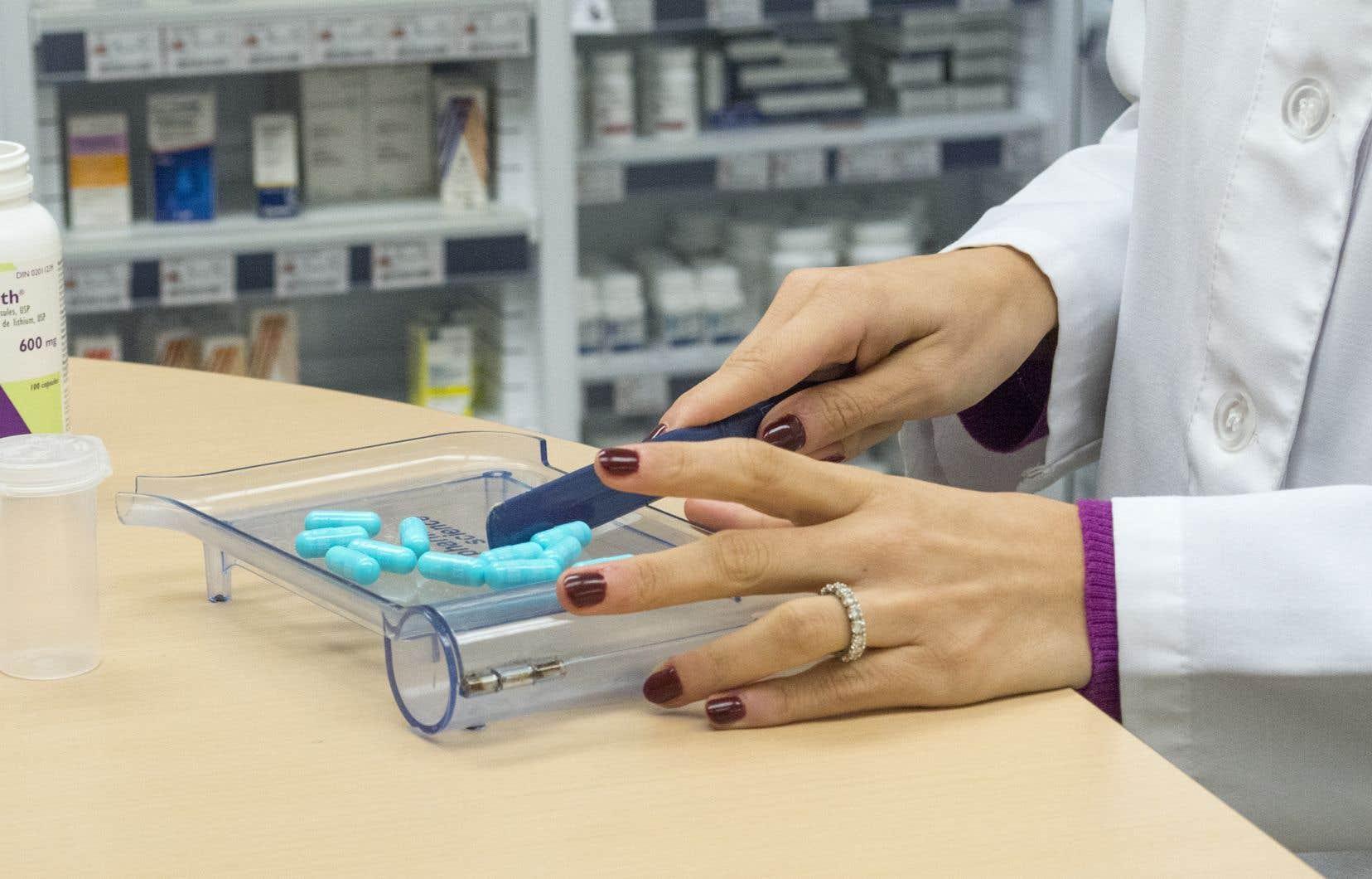 Au Québec, les citoyens ayant accès à un régime d'assurance collective privé à leur travail doivent obligatoirement contracter une couverture pour les médicaments.
