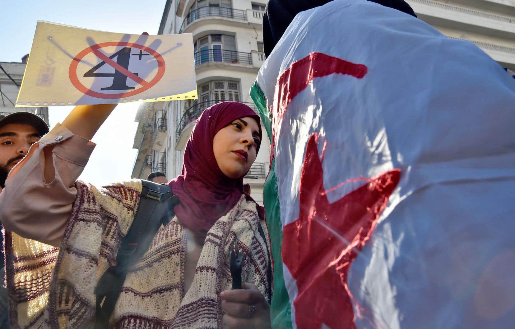 Sur de nombreuses pancartes, le «5» cerclé et barré de rouge, emblème de la contestation initiale contre un 5e mandat, a laissé la place à un «4 +», refus du prolongement de l'actuel mandat de M. Bouteflika, qui expire le 28 avril.