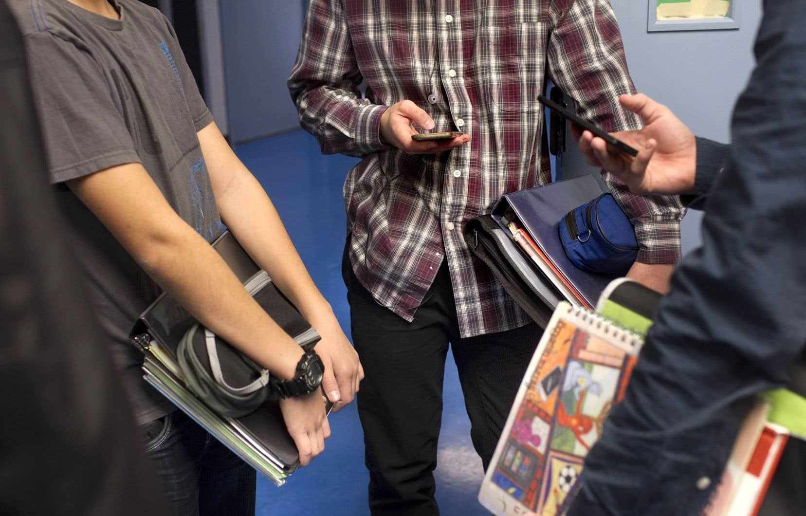 Le gouvernement conservateur a mené des consultations sur l'éducation l'année dernière. Des informations ont été recueillies sur une éventuelle interdiction du téléphone cellulaire en classe.