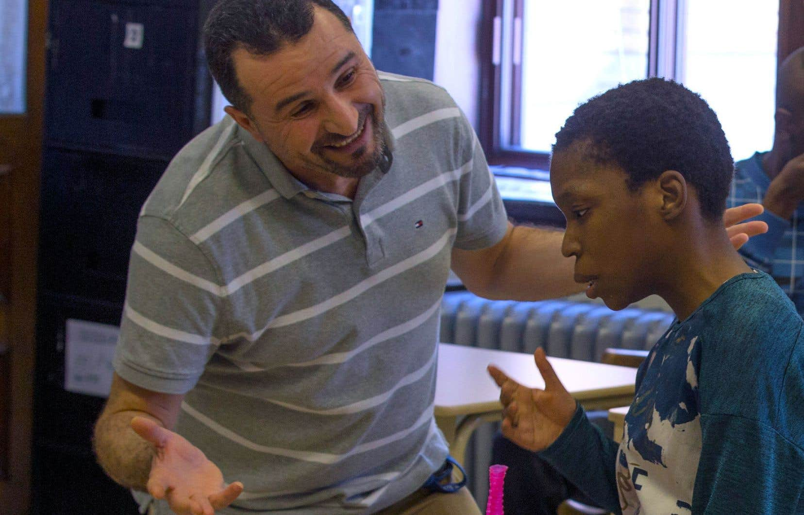 L'intervenant Hocine Saoudi et l'élève Lori-Ann Pierre de l'école Irénée-Lussier, située dans Hochelaga-Maisonneuve