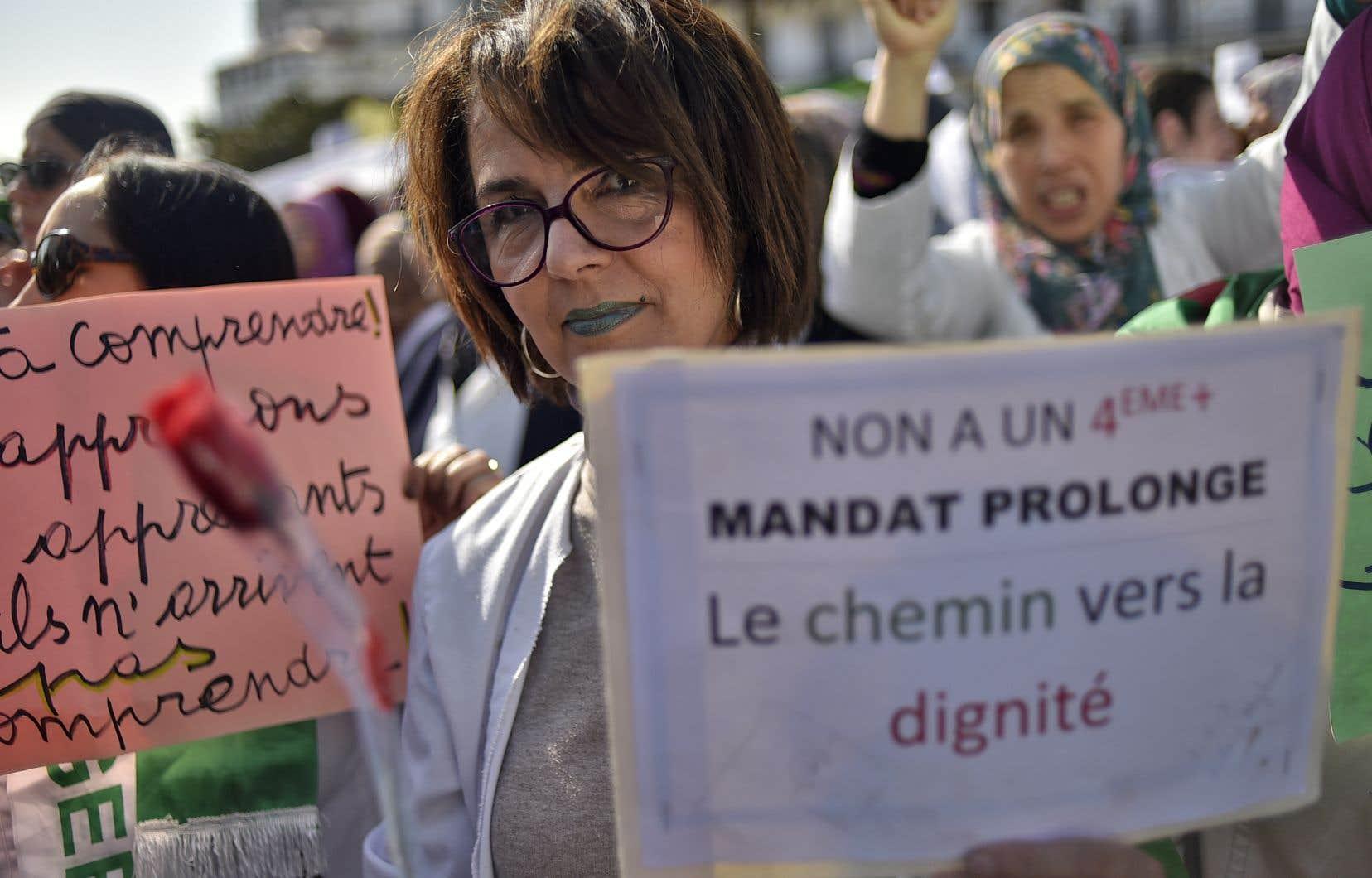 Plus d'un millier d'enseignants et d'élèves ont manifesté ensemble dans les rues d'Alger mercredi.