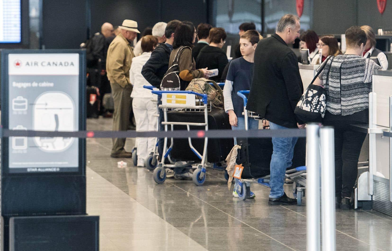 Des milliers de voyageurs ont dû faire la file durant des heures, mercredi, aux comptoirs des compagnies aériennes afin qu'on les redirige vers de nouveaux vols après la suspension du droit de vol pour les appareils B737 MAX.