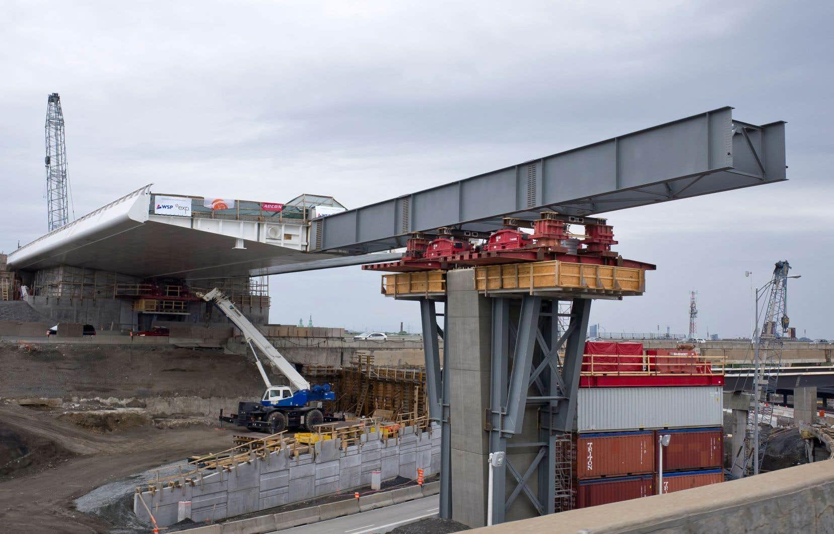 Les grandes villes de Montréal, Toronto, Calgary, Ottawa et Edmonton ont consacré un milliard de plus à leurs infrastructures que l'indice de référence du Directeur parlementaire du budget le prévoyait. Sur cette photo, les travaux sur la structure de l'échangeur Turcot.