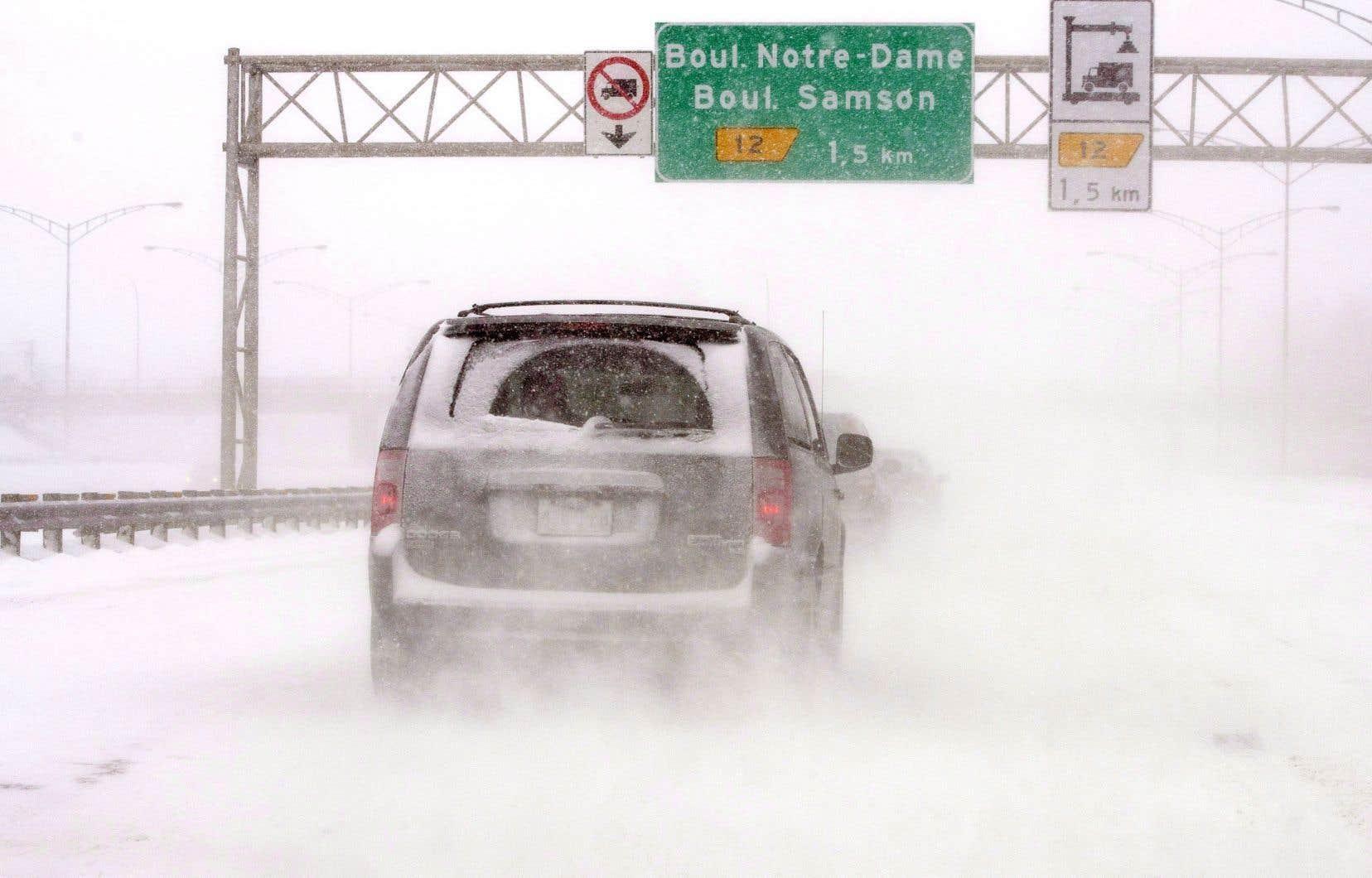 Plusieurs centaines d'automobilistes étaient restés coincés durant plusieurs heures sur l'autoroute 13 lors de la tempête de neige dans la nuit du 14 au 15 mars 2017.