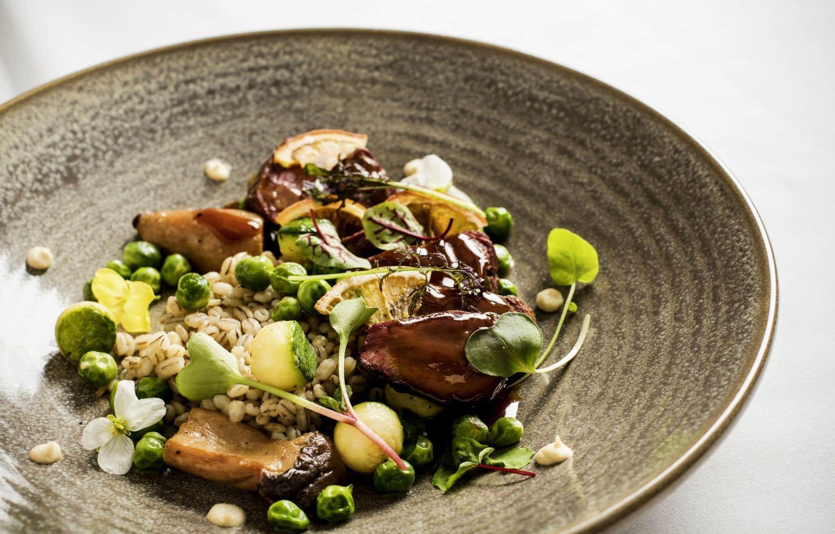 Le magret de canard aux oignons fumés, orge et champignons porcinis, plat du chef du Renoir Sofitel, Olivier Perret