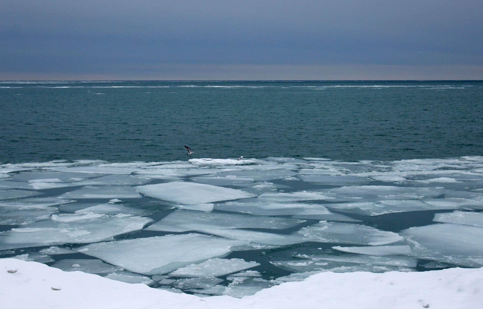 La route du PEC l'hiver, c'est aussi les glaces qui se détachent de la rive du majestueux lac Ontario, qui prend une couleur bleu-gris