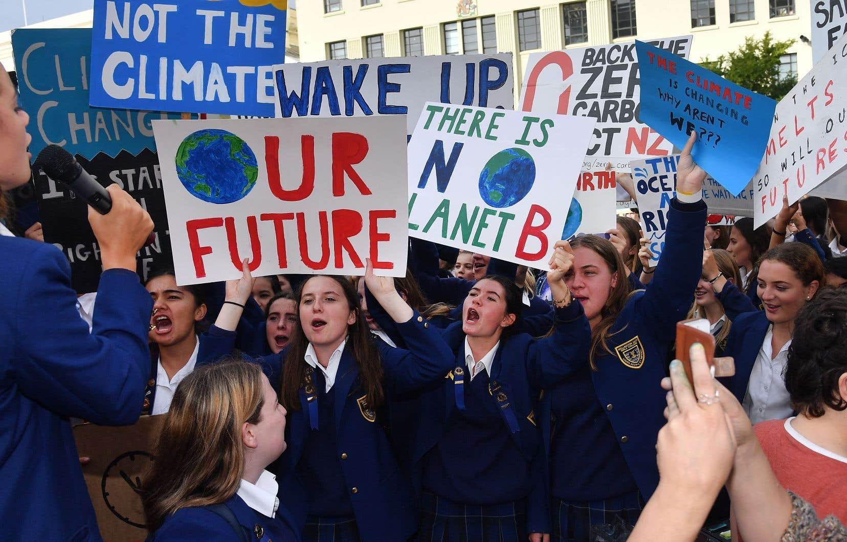 Des écoliers manifestent pour souligner des progrès insuffisants en matière de lutte contre le changement climatique à Wellington en Nouvelle-Zélande, le 15 mars 2019.