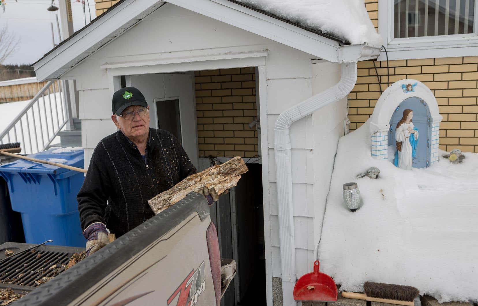 """Rencontré à son domicile, Clermont Roy dit que la «seule phrase qu'[il] n'a pas aimée» de la bouche du premier ministre François Legault depuis sa prise de fonction est celle où il décrivait le pétrole de l'Ouest canadien comme «sale». «Du """"pétrole sale"""", j'en ai dans mon pick-up. Ça nous en prend tout le temps.»"""
