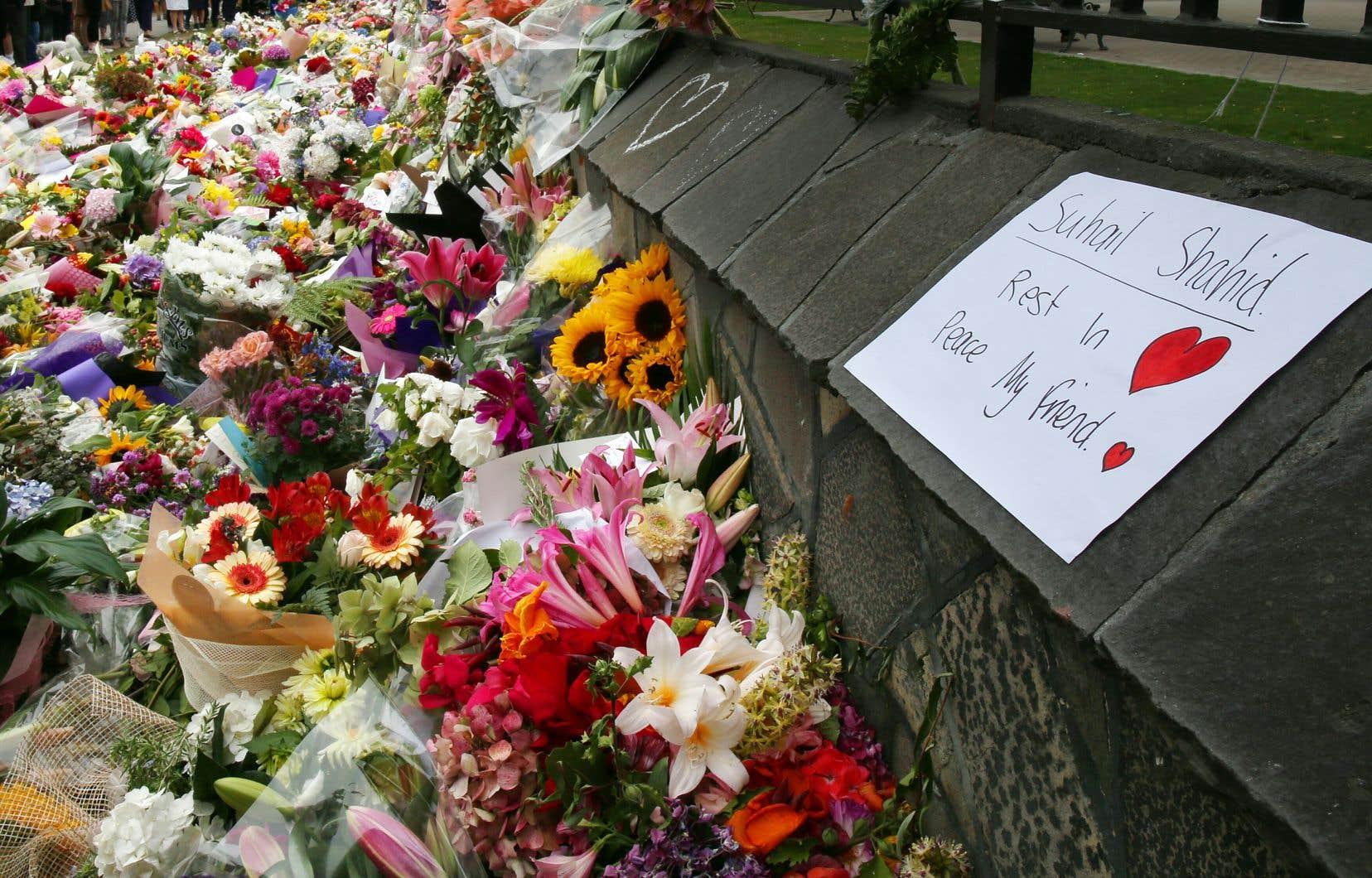 Des centaines de fleurs étaient empilées au milieu de bougies, de ballons, des notes de réconfort à l'extérieur de la mosquée Al Noor et dans les jardins botaniques de la ville.