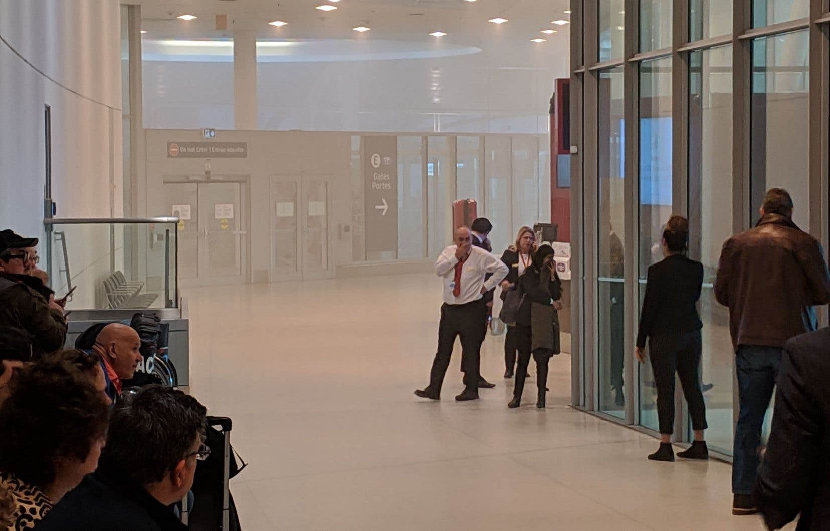 Des images publiées sur les médias sociaux montraient une épaisse fumée dans certaines parties de l'aéroport.