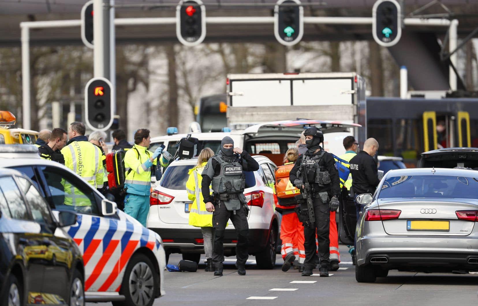 La police a déployé une unité antiterroriste sur les lieux.