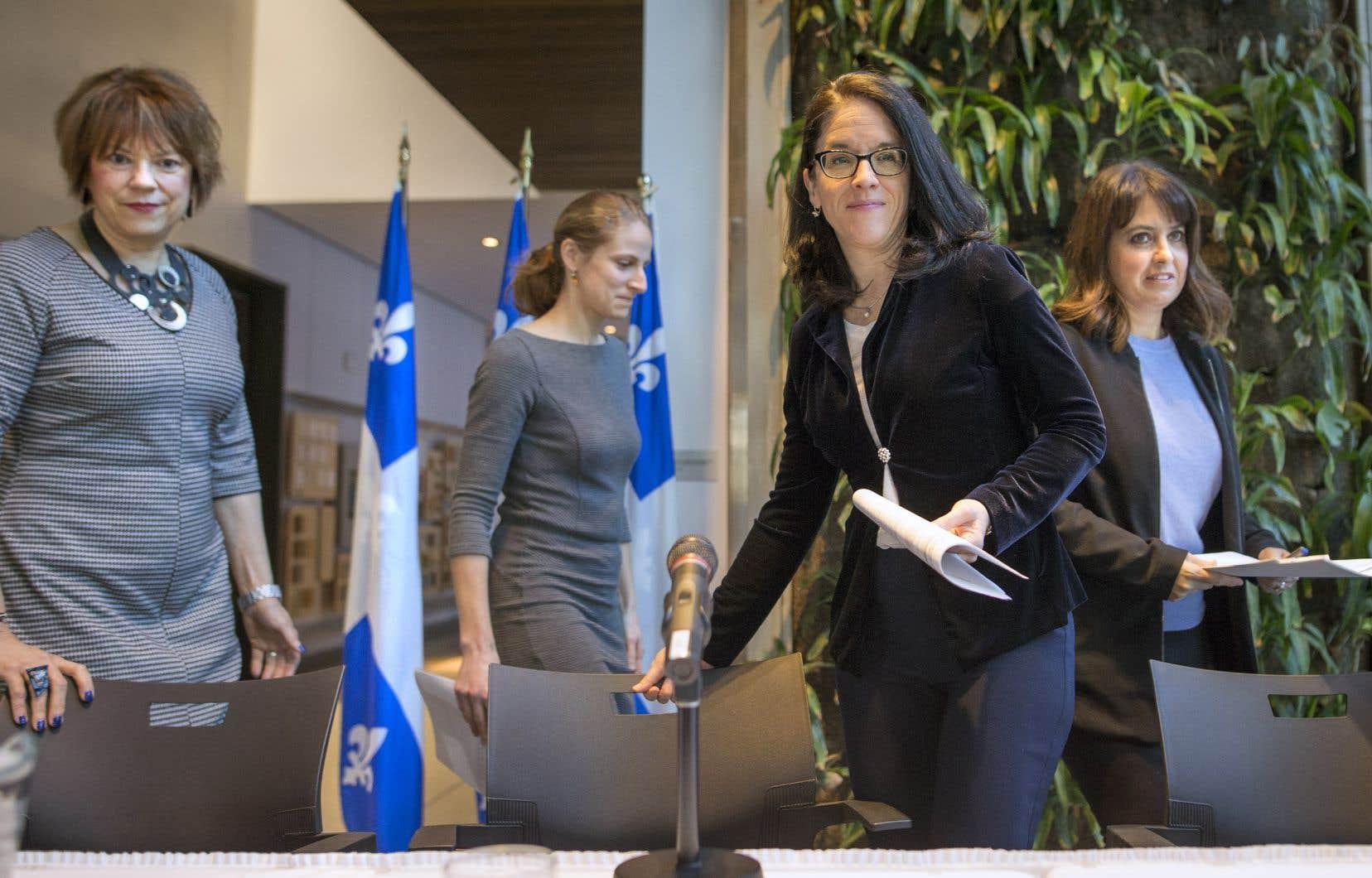 La ministre de la Justice, Sonia LeBel (au centre), était accompagnée d'Hélène David, du Parti libéral du Québec, de Christine Labrie, de Québec solidaire, et de Véronique Hivon, du Parti québécois, lors de l'annonce transpartisane de la mise en place d'un comité d'experts.