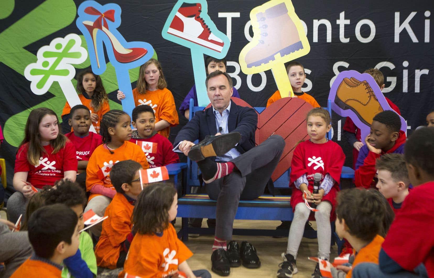 Le ministre fédéral des Finances, Bill Morneau, visitait la semaine dernière un club de jeunes à Toronto.