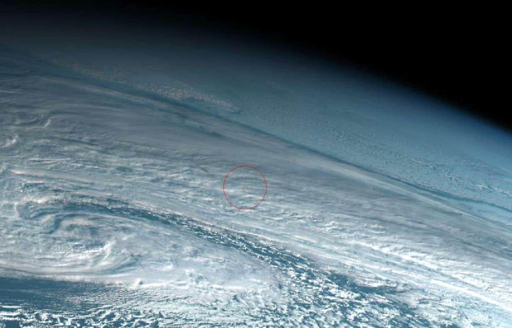 Sur les images publiées par Simon Proud sur Twitter, on distingue une petite boule de feu au-dessus des nuages et de la mer.