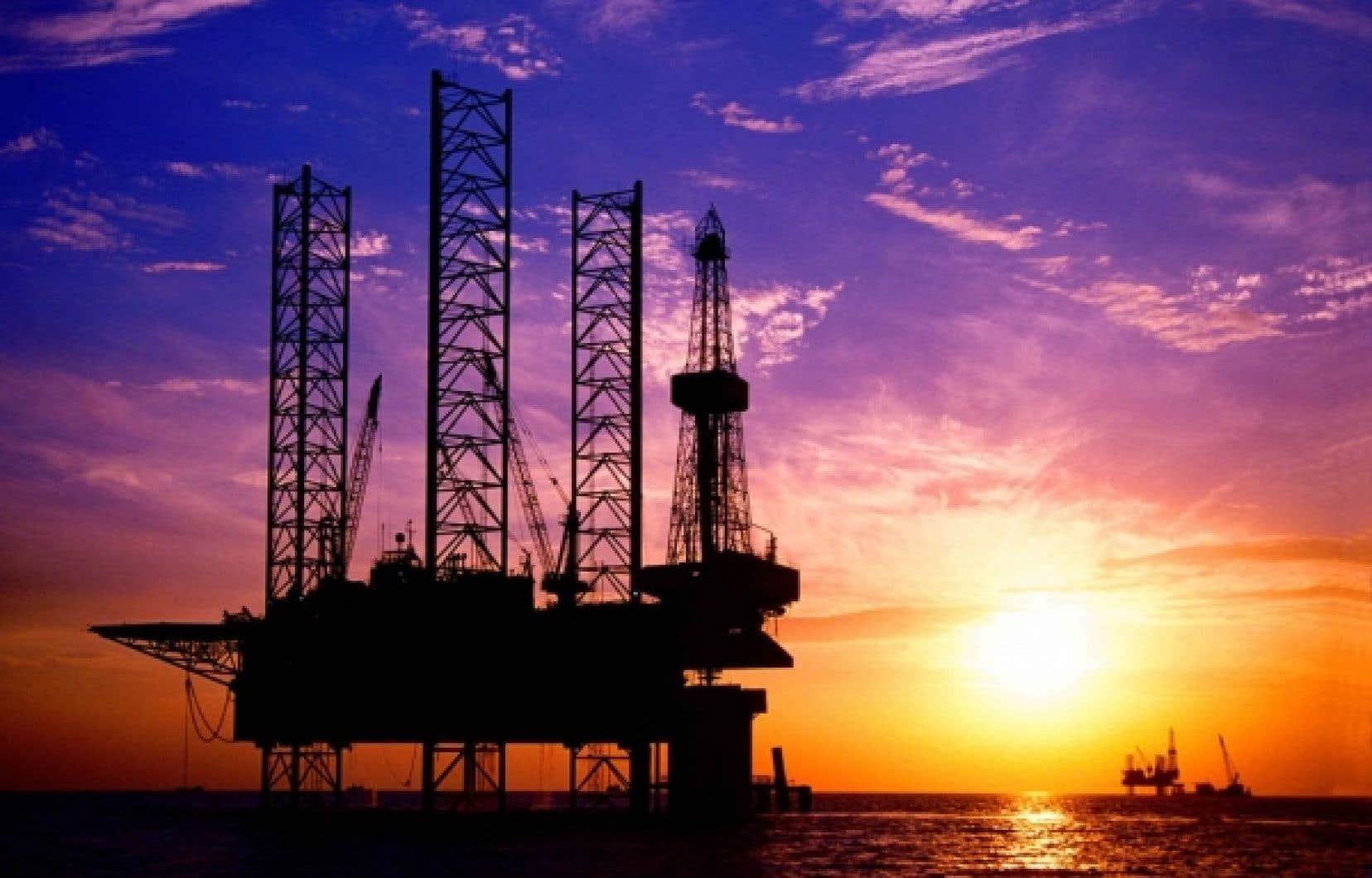 Le soleil se couche sur une plateforme pétrolière chinoise. L'Agence internationale de l'énergie a insisté hier à Washington sur la nécessité de tourner le dos aux énergies fossiles.