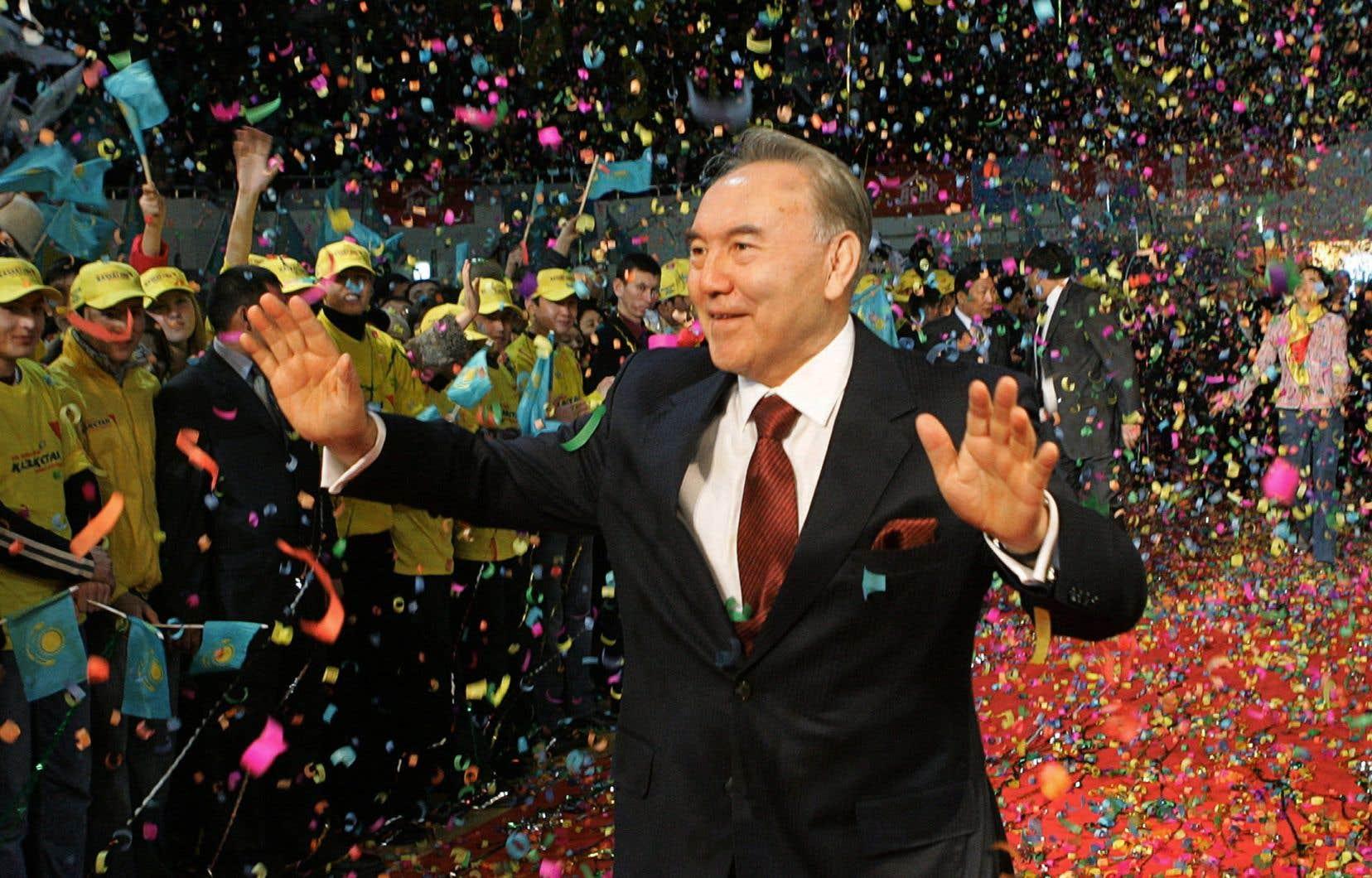 Noursoultan Nazarbaïev après sa victoire à l'élection de 2005. Les présidentielles n'ont jamais été reconnues comme libres et justes par les observateurs internationaux.